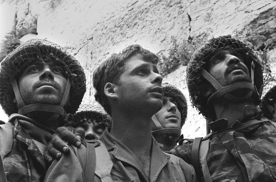 June 10,1967. Israeli paratroopers reach the Western Wall From left to right: Zion Karasenti, Dr.Yitzhak Yifat, Haim Oshri.File#: L.7210/30